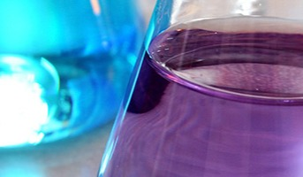 How does solvent choice impact flash column chromatography performance?
